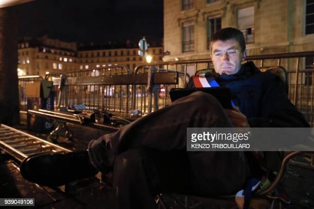 Stéphane Gatignon, le maire EELV de Sevran, regarde une tablette numérique, le 10 novembre 2012, alors qu'il a entamé une grève de la faim devant...