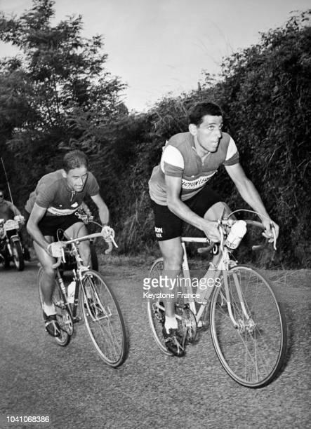 Stéphane Lach et Jean Forestier lors d'une échappée sur l'étape Chalon-sur-Saône - Saint-Etienne lors du tour de France 1961 en France, le 2 juillet...