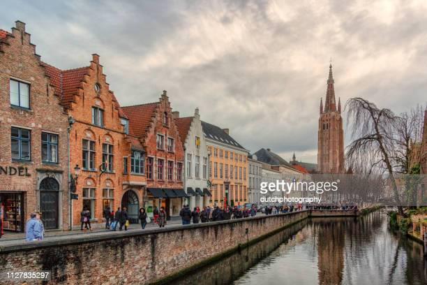 """Straat en sloot met uitijk op de kerktoren """"Belfort"""" in het centrum van Brugge, België"""