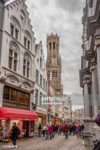 Straat in Brugge, België met uitijk op de kerktoren in het centrum
