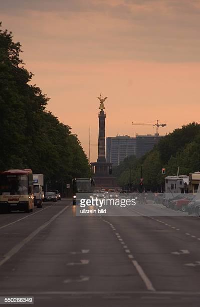 Straße des 17 Juni mit der Siegessäule in Berlin