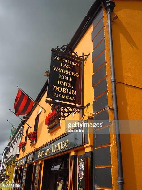 Straßenansicht eines Pubaufgenommen am 22 Juli 2015 in der Kleinstadt Adare bei Limerick
