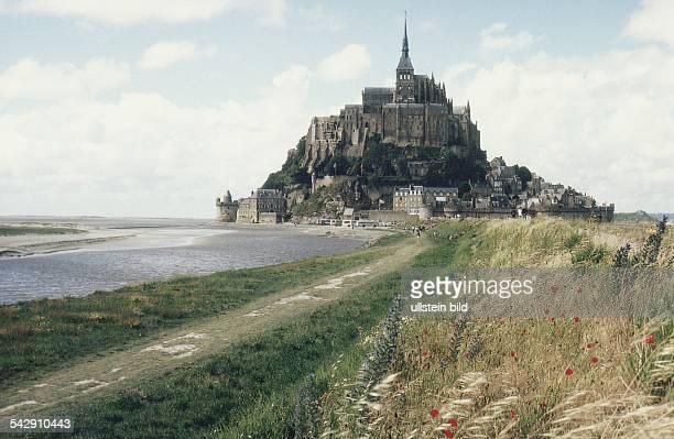 Straßendamm zwischen der Insel MontSaintMichel und dem Festland / Ort Le MontSaintMichel Auf der 78 Meter hohen Granitinsel steht eine Klosteranlage...