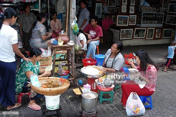 Straßenküche hungrige Kundin Köchin bei Markthalle Yangon Hauptstadt von Myanmar Asien Topf StraßenKüche Frau Frauen Reise NB DIG PNr 214/2005
