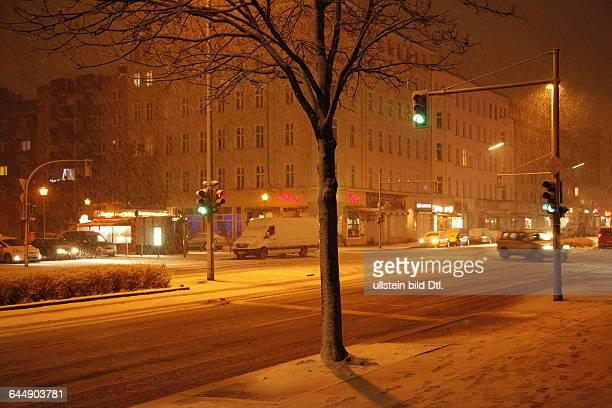 Straßenkreuzung bei Schneefall in Berlin