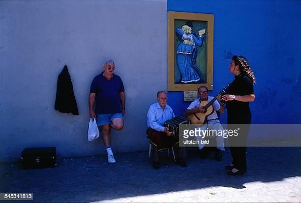 Straßenmusikanten mit Bandoneon undGitarre auf dem Flohmarkt 'San Telmo' inBuenos Aires 011997col