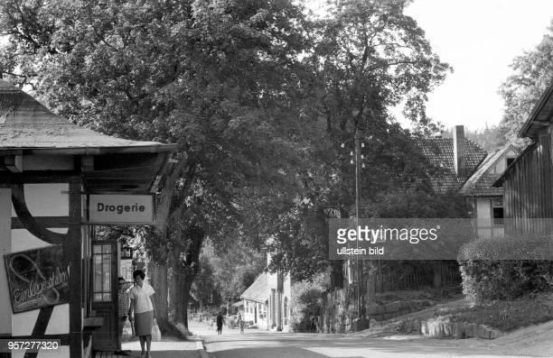 Straßenszene im HarzOrt Schierke undatiertes Foto von 1960 Auf einer Tafel an der Drogerie werden Einlegesohlen angeboten