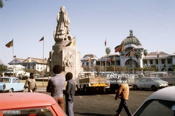 Straßenszene in der Hauptstadt Maputo Im Hintergrund der Bahnhof vorn ein Kriegerdenkmal aus der portugiesischen Kolonialzeit