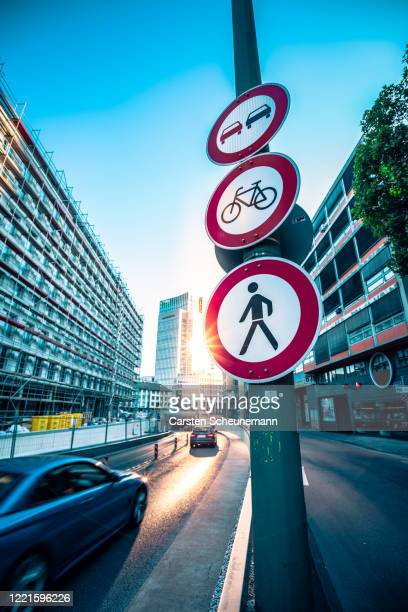 straßenszene in frankfurt - 待避所標識 ストックフォトと画像