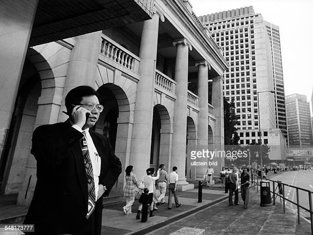 Straßenszene in Hongkong Geschäftsmann telefoniert mit einem Handy 1995