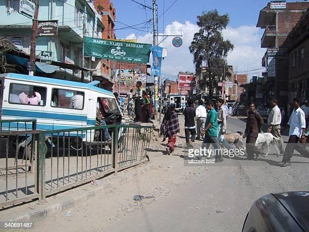 Straßenszene / Straßenverkehr in Katmandu, Hauptstadt von Nepal. .