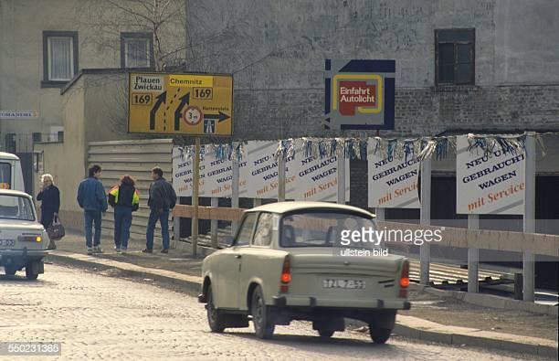 Straßenszene Trabant vor Reklame in Aue/ Sachsen