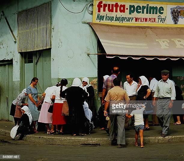 Straßenszene vor einem Obstgeschäft inTirana oJ