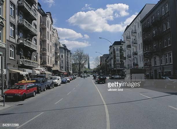 Straßenverkehr am Eppendorfer Baum, einer Straße mit schönen Jugenstilhäusern und noblen Geschäften im Hamburger Stadtteil Eppendorf. Links im Bild...