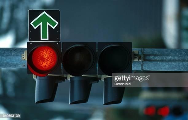 Straßenverkehr; Ampel: Rote Ampel mit grünem Abbiegepfeil. Abbiegen; Abbieger; Pfeil .
