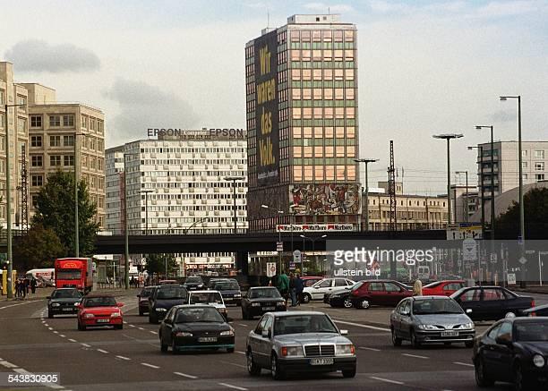Straßenverkehr in Berlin-Mitte rund um den Alexanderplatz. Über den mehrspurigen Straßenzügen verläuft eine U-Bahnbrücke. Im Hintergrund ist an einem...