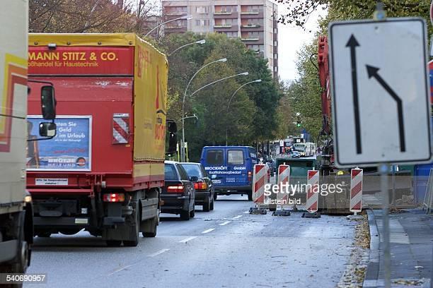 Straßenverkehr in Hamburg: An einer beschilderten Baustelle in Hamburg bildet sich zäh fließender Verkehr. .
