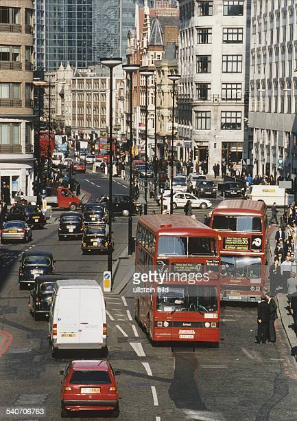 Straßenverkehr in London mit Bussen, Taxen und Passanten am Straßenrand. Bus, Doppelecker-Bus, Taxi, Straße Aufgenommen März 1999.