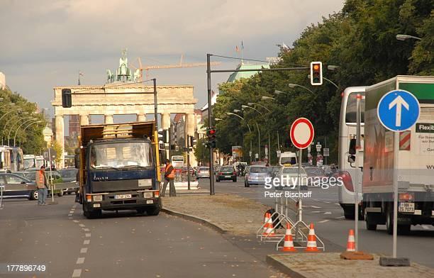 Straßen-Verkehr, neben den Dreharbeiten zum Internet-Musik-Video für Auto-Leasing-Kampagne mit J o h a n n e s H e e s t e r s und G i n a - L i s a...