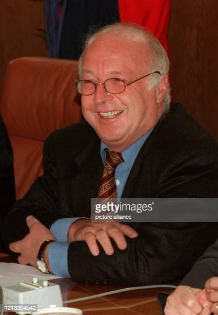 Strahlend sitzt Arbeitsminister Norbert Blüm auf dem Kanzlerstuhl er durfte wegen der Abwesenheit von Bundeskanzler Helmut Kohl und...