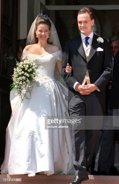 Strahlend verlassen Graf Alexander von SchönburgGlauchau und seine Braut Prinzessin Irina von Hessen nach der Trauung am 2951999 in Heusenstamm die...