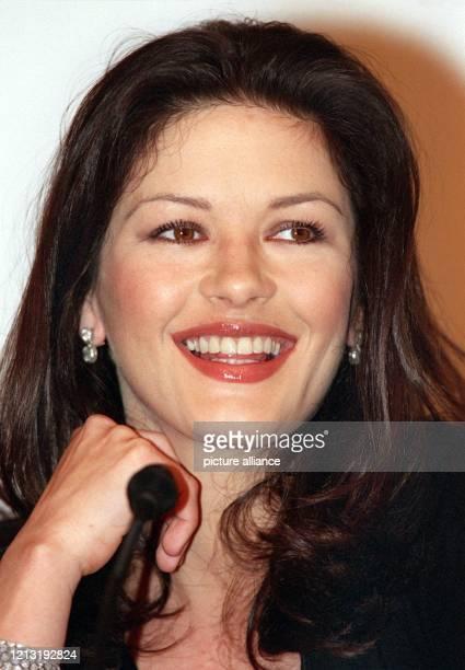 Strahlend zeigt sich Catherine Zeta-Jones am 5.4.2000 auf einer Pressekonferenz in Frankfurt. Die britische Schauspielerin beginnt in der kommenden...