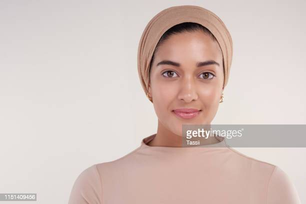 straight faced and confident - religious veil stock pictures, royalty-free photos & images