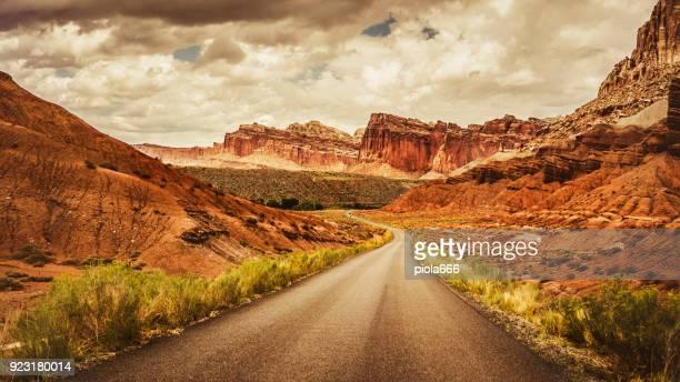 straight road in the capitol reef national park, utah - rocha vermelha imagens e fotografias de stock