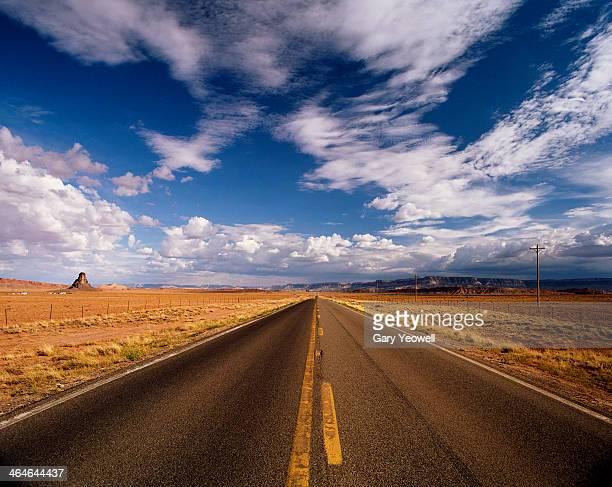 straight road leading into the distance - yeowell foto e immagini stock