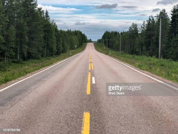 straight road - freie straße stock-fotos und bilder