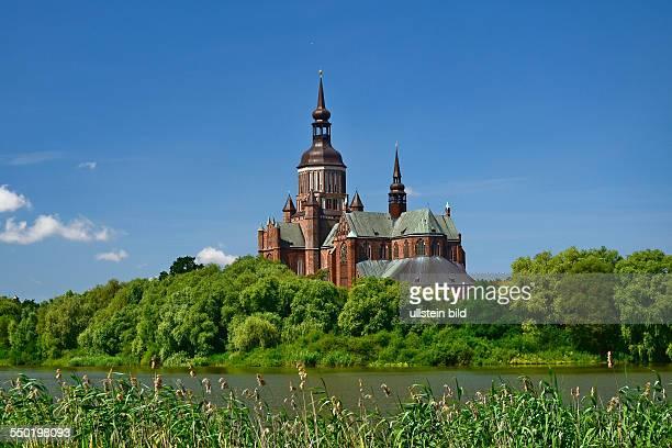Stralsund, Blick ueber den Frankenteich zur Marienkirche, mit ihrem 104 m hohen achteckigen Turm. Der gotische Backsteinbau, eine dreischiffige...