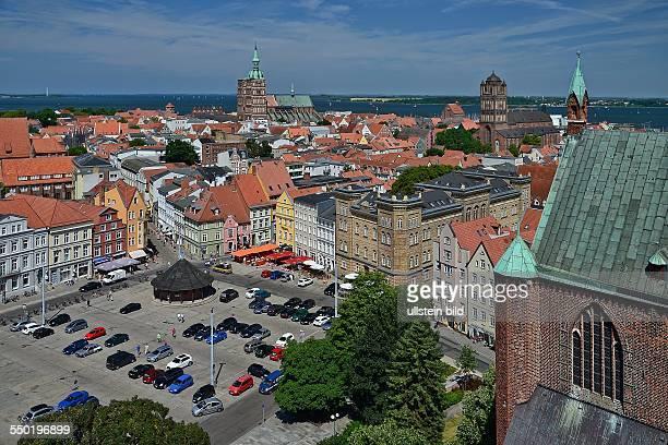 Stralsund, Blick vom Turm der Marienkirche ueber den Neuen Markt auf die Stadt mit Nikolaikirche und Jakobikirche