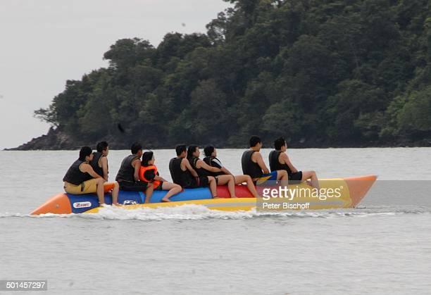 Strand-Besucher reiten auf aufblasbarem Gummi-Stift, Strand von Pantai Cenang, Insel Langkawi, Malaysia, Asien, Meer, Spaß, Einheimische, und...