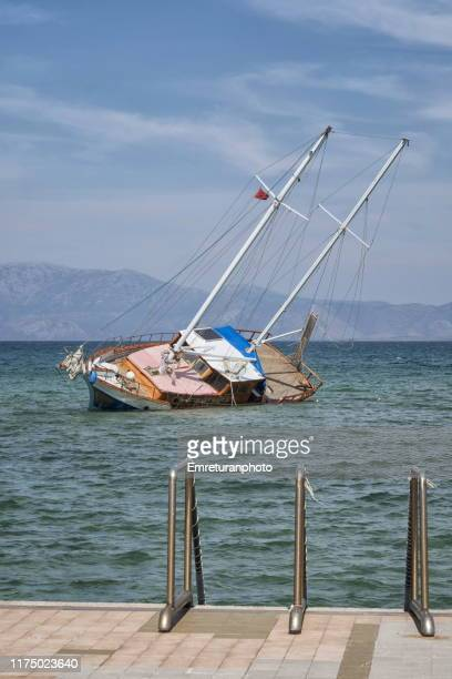 stranded boat and stairs along the coastline. - emreturanphoto stock pictures, royalty-free photos & images