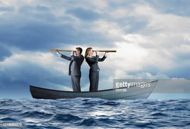 personnes d'affaires échouées dans la recherche de bateau pour l'aide - bateau de plaisance photos et images de collection