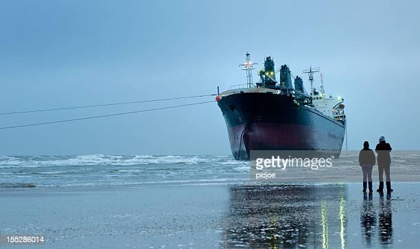 Gestrandete leer Frachtschiff am Strand