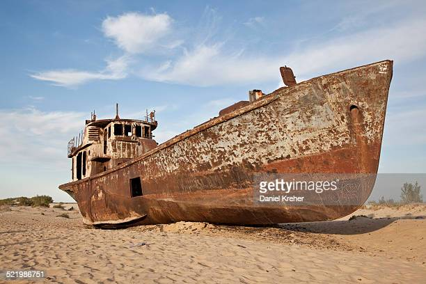 stranded ship at the port of mo?ynoq or muinak, aral sea, karakalpakstan, uzbekistan - uzbekistan foto e immagini stock