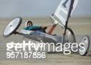 Strandsegel Weltmeisterschaft der VKlasse in StPeterOrding / 19bis Der deutsche Teilnehmer HansRainer Thomsen hält seinen Wagen auf nur einem...