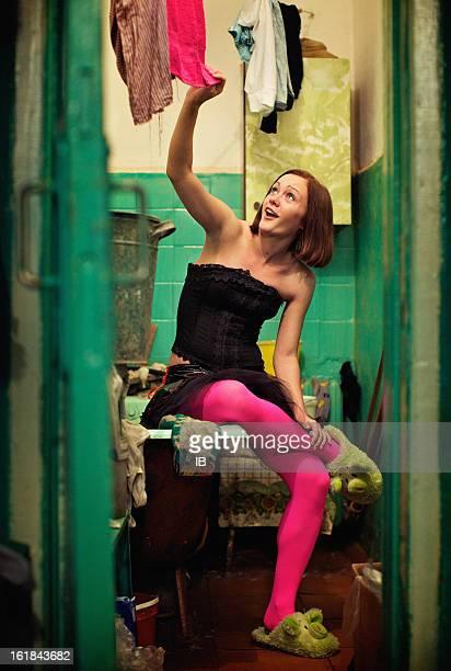 paradójico, pero muy feliz chica en rosa pantimedias - liguero fotografías e imágenes de stock