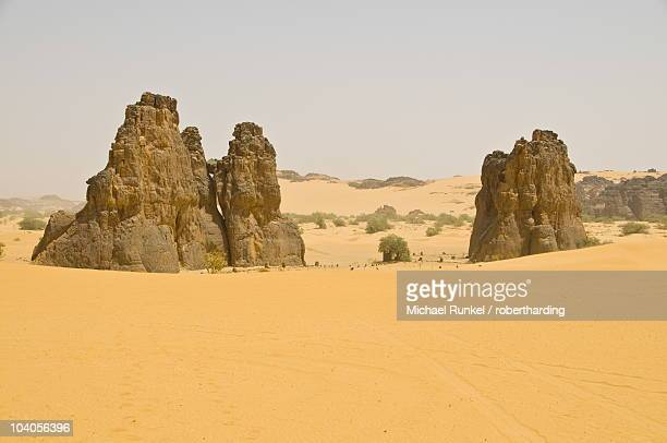 strange rock formation la vache qui pleure (the cow that cries), near djanet, algeria, north africa, africa - vache stock photos and pictures