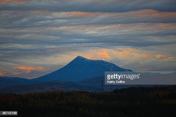 strange sunset over schehallion, aberfeldy - アバフェルディ ストックフォトと画像