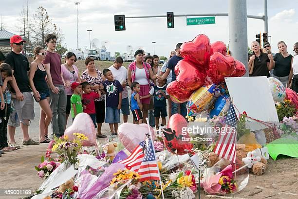 Strangers tenir les mains sur Century 16 Victime Memorial
