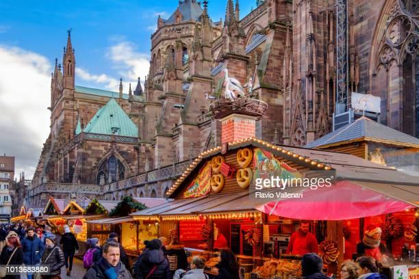 estrasburgo, no natal - lugar de la cathédrale (alsácia, frança) - mercado natalino - fotografias e filmes do acervo