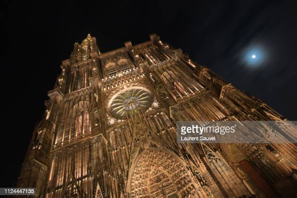strasbourg cathedral at night, cloudy sky and moon, alsace, france - laurent sauvel photos et images de collection