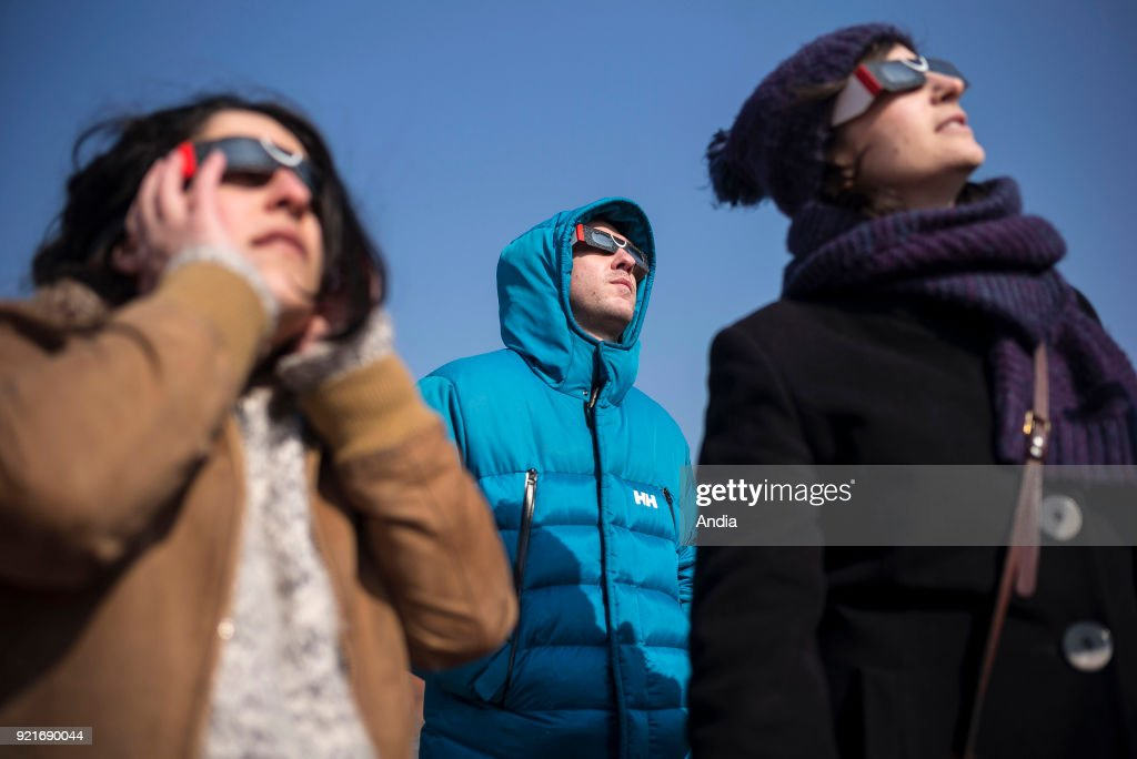 Observation of a solar eclipse. : News Photo
