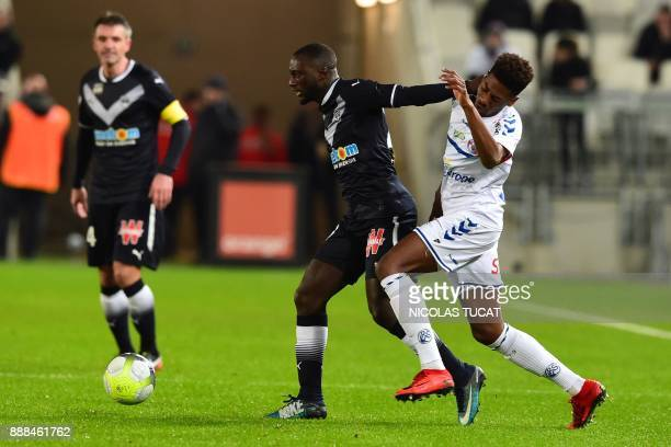 Strasbourg's Cape Verdian forward Nuno Da Costa vies with Bordeaux's French defender Youssouf Sabaly during the French L1 football match between...