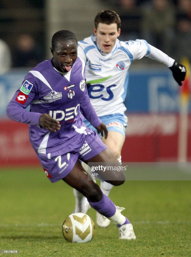 Strasbourg's forward Kevin Gameiro (R) vies with Toulouse's midfielder Moussa Sissoko (L) during their French L1 football match Strasbourg vs Toulouse, 23 January 2008 at the Meinau stadium in Strasbourg.