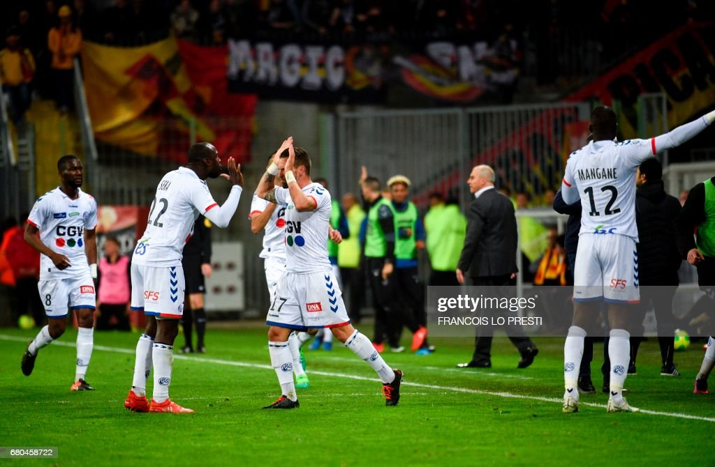 Strasbourg's French defender Ernest Sekar (2ndL) is congratulated by teammates after scoring a goal during the French Ligue 2 football match between Lens and Strasbourg on May 8, 2017 at the Bollaert-Delelis stadium in Lens. /