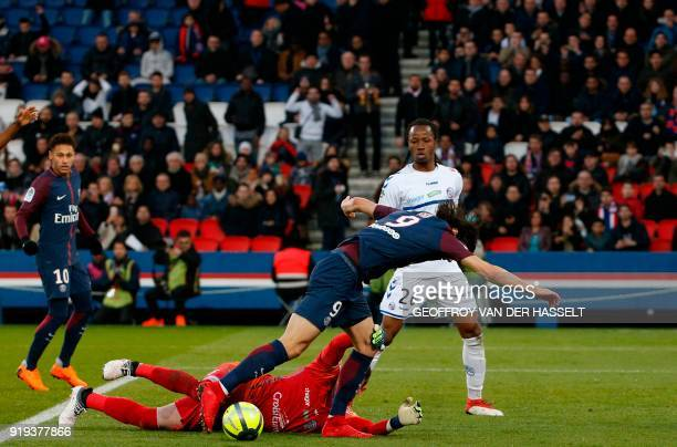 Strasbourg's French goalkeeper Alexandre Oukidja fights for the ball with Paris SaintGermain's Uruguayan striker Edinson Cavani during the French...