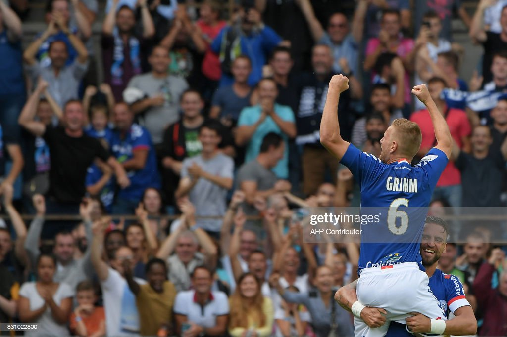 Strasbourg's French midfielder Jeremy Grimm (L) celebrates his goal with teammate French midfielder Anthony Goncalves during the French L1 football match between Strasbourg (RCSA) and Lille (LOSC) at The Meinau Stadium in Strasbourg, eastern France on August 13, 2017. /